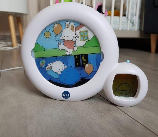 Le lapin qui dort et qui joue du réveil classens kids pour enfants.