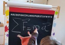 Ma fille faisant quelques exercices de physique sur son tableau graffiti Janod
