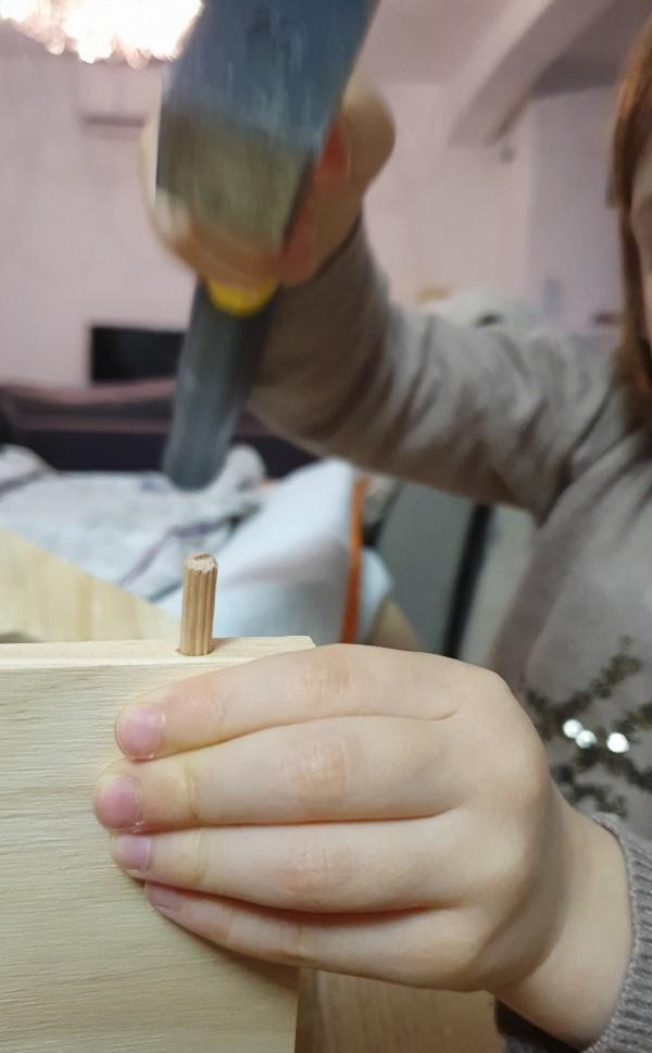 Ma fille fabriquant son nichoir