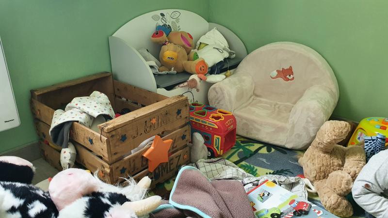 Doudou perdu dans le coffre à jouet