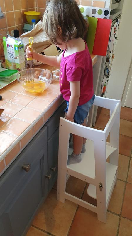 Ma fille cuisine sur la tour d'apprentissage