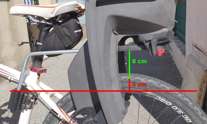 Sur ce vélo, le siège Hamax est à la bonne hauteur par rapport à la roue.