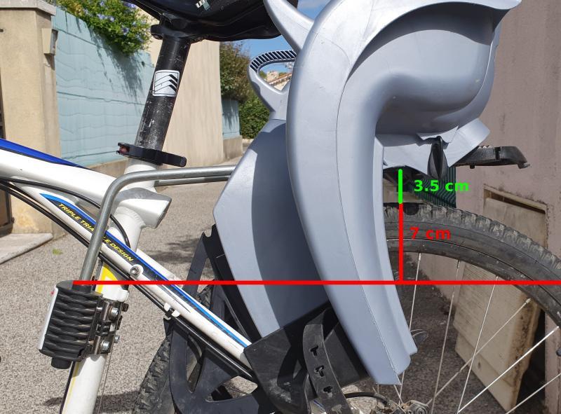 Ici le siège de vélo Hamax se retrouve à 3,5 cm du haut de la roue... C'est un peu juste