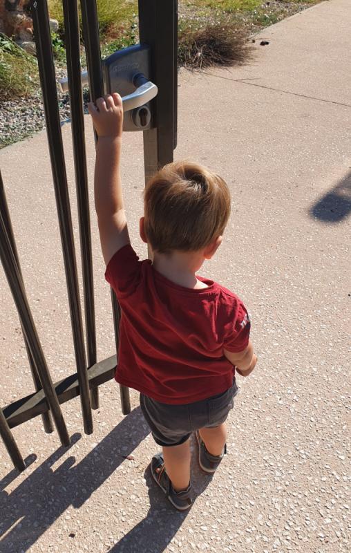 Enfant jouant avec une porte